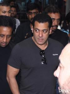 Photos: Salman Khan can be seen exhibiting a cool vibe as he gets snapped at the Jaipur airport