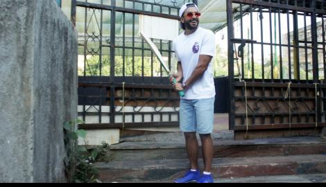 Ranveer Singh happily poses for the paparazzi with his cricket team