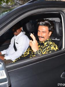 Filmfare Awards 2019: Ranveer Singh opts for black and gold as he makes a stunning entry on the red carpet