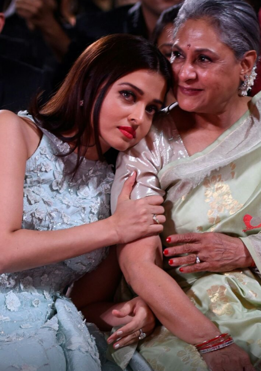 When Aishwarya shared a warm, candid moment with MIL Jaya Bachchan ...