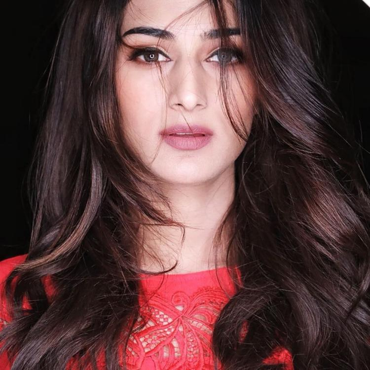 Kasautii Zindagii Kay fame Erica Fernandes looks drop dead gorgeous in a messy hair look; see pic