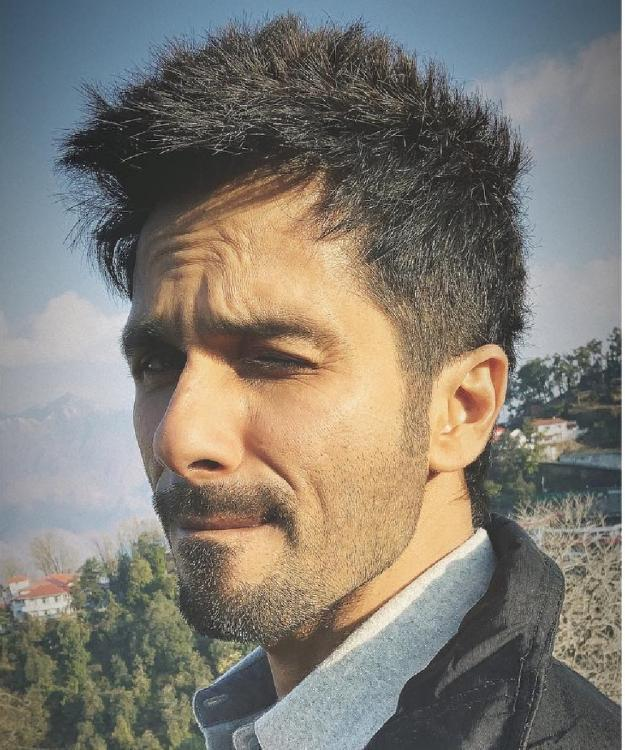 Kabir Singh aka Shahid Kapoor looks absolutely adorable as he winks away in THIS photo
