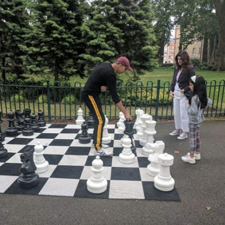 Akshay Kumar's wife Twinkle is all praises for him as they play a game of chess with daughter Nitara; View PIC