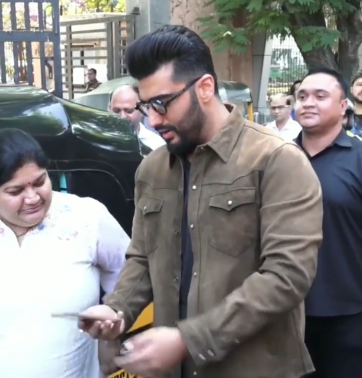 While promoting Sandeep Aur Pinky Faraar, Arjun Kapoor clicked a selfie with an aunty who was passing by in an auto rickshaw