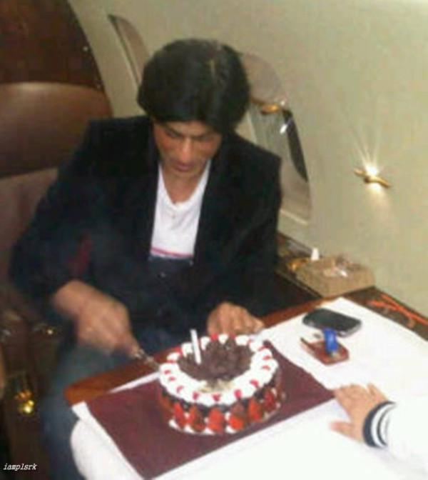 Shahrukh Khan cutting his birthday cake PINKVILLA