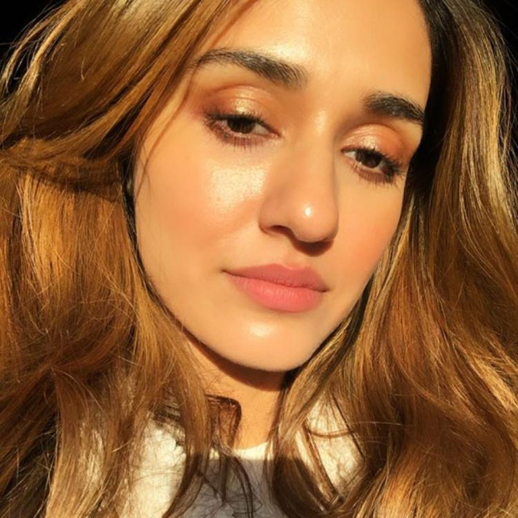 Disha Patani basks in the glow of the sun as she turns into a makeup artist for herself and looks gorgeous