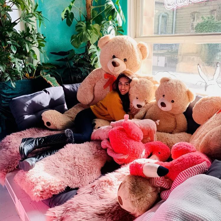 Kasautii Zindagii Kay actor Erica Fernandes' pic surrounding cute teddy bears is every girl's dream