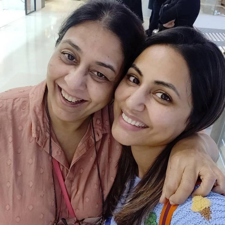 Hina Khan is all smiles as she clicks a selfie with YRKKH's Bhabhimaa and makes us nostalgic; Take a look
