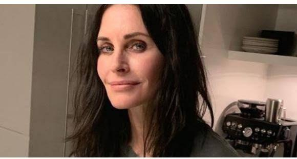 Courteney Cox plays piano on stage with boyfriend Johnny McDaid