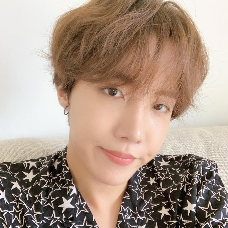 BTS member J Hope shares adorable selfies to shower ARMY with love; Fans go gaga over his cute little dimple