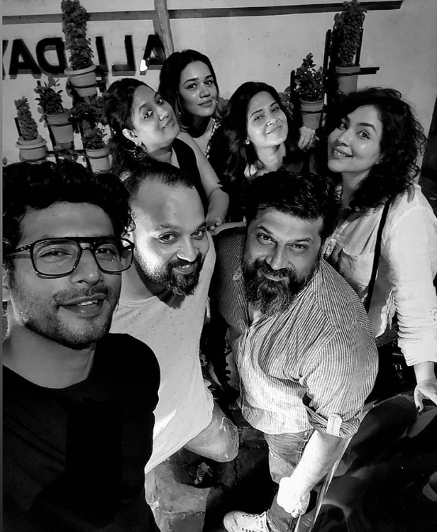 Beyhadh 2's Jennifer Winget enjoys a dinner night with her friends as she poses for a selfie; Take a look