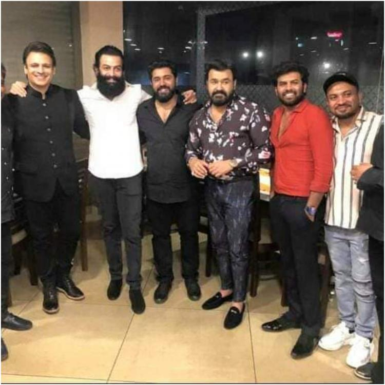Mohanlal, Prithviraj Sukumaran, Nivin Pauly & others pose for picture perfect moment at Asianet Film Awards