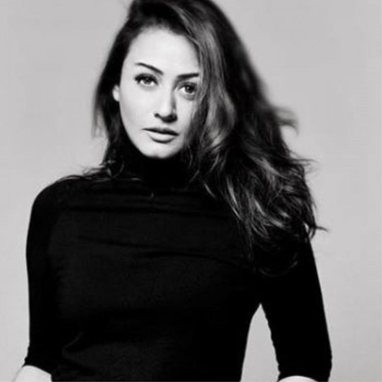 Namrata Shirodkar shares a jaw dropping monochrome picture of herself; Check it out