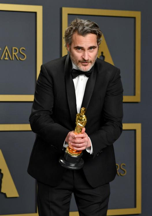 Joaquin Phoenix tearfully paid tributeto his late brother River Phoenix during his first-ever Oscar winning speech.