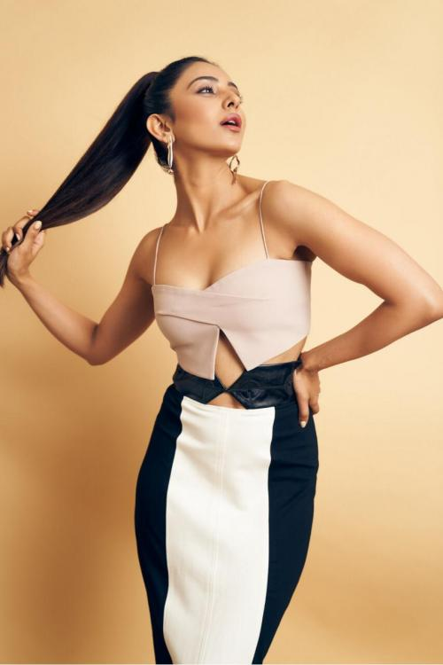 Rakul Preet Singh sizzles in a show stopping monochrome look for the promotions of Manmadhudu 2
