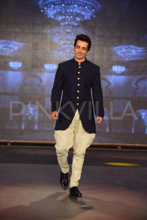 Srk Abhishek Sonu Walk The Ramp For Manish Malhotra