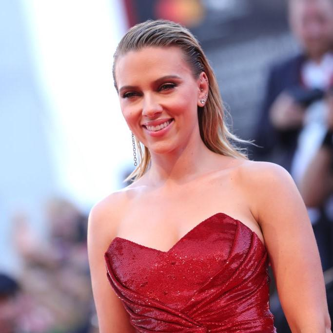 Scarlett Johansson brings back the wet hair look and flaunts