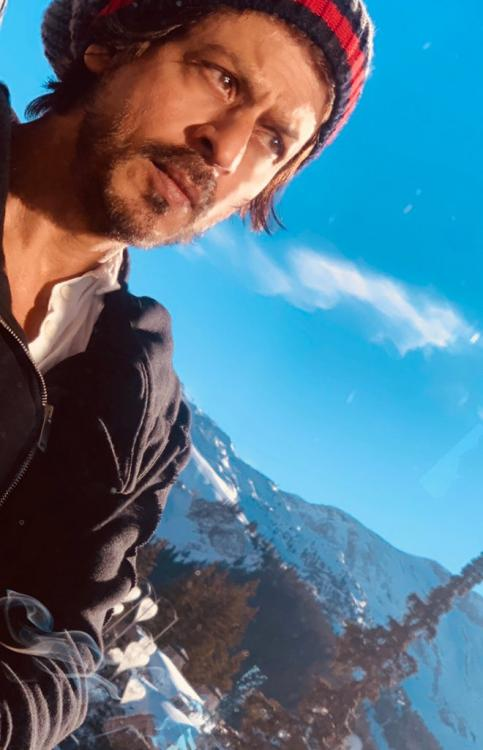 Shah Rukh Khan is left wondering because of 'cloud' in this picturesque selfie