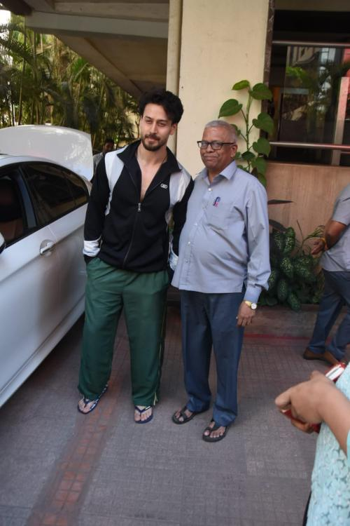 In the video, Baaghi 3 actor Tiger Shroff ensures that his photo with a fan is handed over to the fan; Take a look