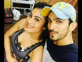 videos,Mouni Roy,Arjun Bijlani,Gold