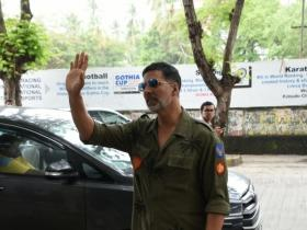 Akshay Kumar gets clicked by the shutterbugs at Juhu PVR