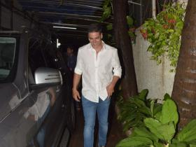 Akshay Kumar snapped by the paps outside a dubbing studio