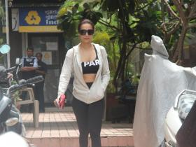 Malaika Arora Khan is all smiles while getting clicked by the shutterbugs post gym session