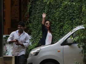 Parineeti Chopra gets snapped by the paps in the city