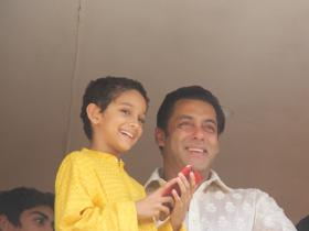 Salman Khan snapped as he wishes fans on Eid