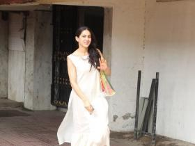 Sara Ali Khan happily waves at the paparazzi while getting snapped post gym
