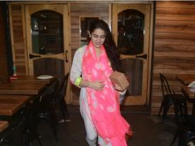 Sara Ali Khan is all smiles while getting clicked by the shutterbugs