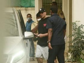 PHOTOS: Akshay Kumar sports a casual look as he is papped outside a dubbing studio
