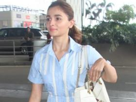 8 Times Alia Bhatt was spotted carrying EXPENSIVE arm candies at the airport; The prices will make jaws drop