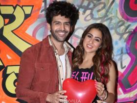 Sara Ali Khan & Kartik Aaryan strike a romantic pose with heart shaped balloon during Love Aaj Kal promotions