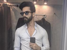 10 Mirror selfies of Shahid Kapoor that will leave you swooning over the Jersey star
