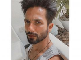 Shahid Kapoor LOVES clicking selfies and these PHOTOS definetely back the statement