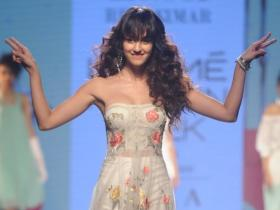 When Disha Patani sported Beyonce curls & brought the house down with her ramp walk in a floral dress