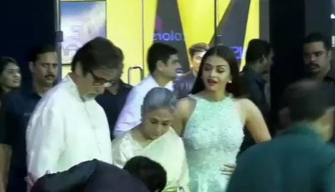 Aishwarya strikes a pose with Jaya Bachchan, Big B and SRK at the Stardust Awards 2016
