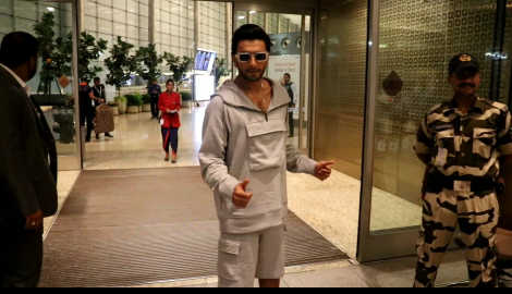 Ranveer Singh goes retro as gets papped at the airport