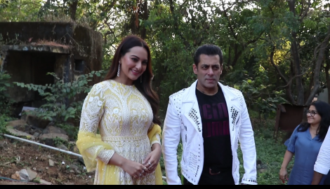 Dabangg 3 co stars Salman Khan and Sonakshi Sinha promote their upcoming film in full swing